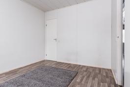 .. ja toisen makuuhuoneen yhteydessä on lisäksi vaatehuone..