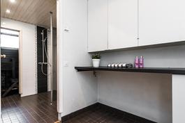 Kylpyhuoneen yhteydessä on lisäksi vielä erillinen, toimiva kodinhoitotila..
