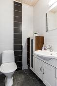 Lisäksi kodissa on erillinen wc-tila sisääntuloaulan yhteydessä..
