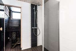 Kodin kylpyhuone- ja saunaosasto on myös saanut täysin uuden ilmeen kodin pintaremontin myötä..