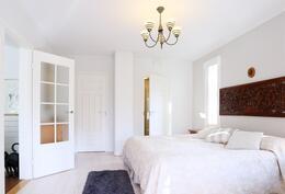 Makuuhuone, jossa on vaatehuone ja oma pesuhuone
