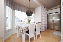 Keittiön ja olohuoneen yhteydessä valoisa ruokailuerkkeri