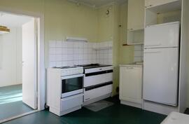 Alakerran isompi keittiö