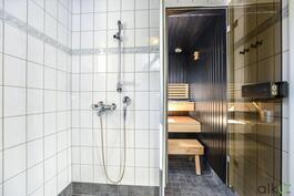 Suihkutila on selkeä ja eristetty kivasti suihkuseinällä.