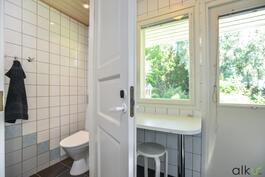 Kodinhoitohuoneesta kodin toiseen wc-tilaan.