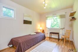 Kodin toinen makuuhuone on selkeä ja tilava.