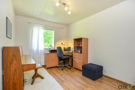 Kodin kolmas huone on hyvänkokoinen vaikkapa lastenhuoneeksi.