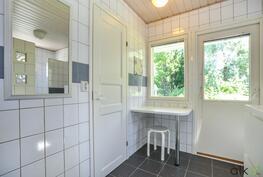 Kodinhoitohuoneesta myös sujuvasti omalle takaterassille.