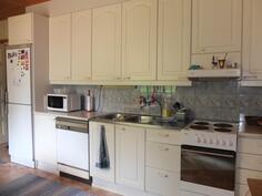 Huoneisto 2:n keittiössä on runsaasti kaapistoja