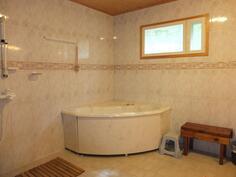 Huoneisto 1:n upeassa kylpyhuoneessa on poreamme