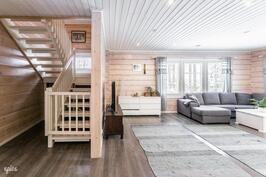 Olohuonetta ja yläkerran portaat