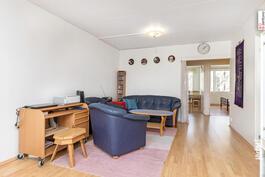 Suuri olohuone muuntuu moneksi.