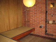 saunakamari, josta iso pariovi pihalle