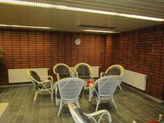Kellarissa, johon pääsee hissillä omasta kerroksesta, saunaosasto keittiöineen