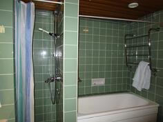 kylpyhuone, jossa sekä suihkutila että amme.