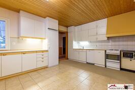 Tilava keittiö, jossa hyvin tilaa isollekin ruokailuryhmälle