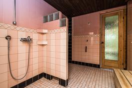 Kylpyhuone on laatoitettu.