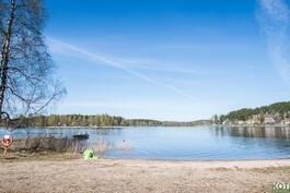 Uimaranta tien toisella puolella.