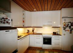 Selkeälinjainen vaalea keittiö uusittu 2009