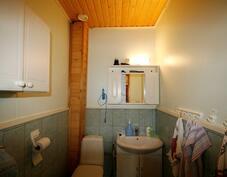 alakerran erillinen wc