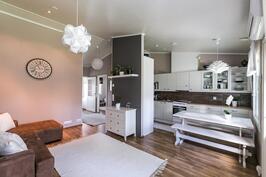 Keittiö ja olohuone muodostavat viihtyisän kokonaisuuden.