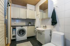 Kylpyhuoneessa tilaa myös kodinhoidolle.