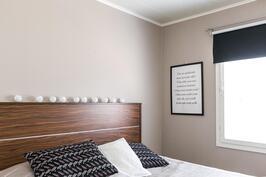 Makuuhuone ihastuttaa kauniilla sävymaailmallaan.