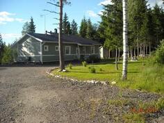 Talo sijaitsee rauhallisella paikalla Torpankujan päässä, läpikulkuliikenettä ei ole