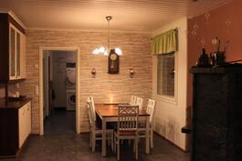 Ruokailutila on kivasti keittiön yhteydessä, muutaman rappusen olohuonetta ylempänä