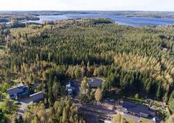 Talo kuvassa keskimmäisenä. Rauhallinensijainti metsän laidassa