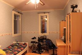 Kaikkiin makuuhuoneisiin tulee valoa kahdella seinällä olevista ikkunloista