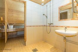 Vuonna 2008 uusittu kylpyhuone. Saunan paneelit uusittu v. 2006 ja lauteet v. 2016.