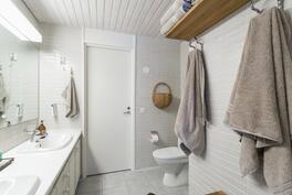 Erillinen wc, josta käynti myös makuuhuoneisiin