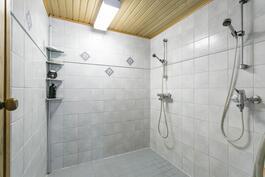 Kylpyhuone uima-allasosastolla