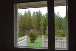 näkymä kodinhoitohuoneen ikkunasta terassin yli pihalle