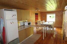 Päärakennuksen keittiö/ruokailutila