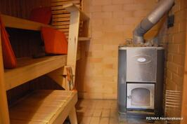 Reilunkokoinen sauna, hyvä puukiuas, uusittu