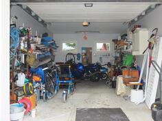 Autotalliin on sähkökäyttöinen nosto-ovi, vesipiste ja öljynsaostuskaivo