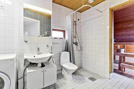 Yläkerran kylpyhuone ja sauna.