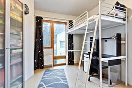 Toinen pienemmistä makuuhuoneista.