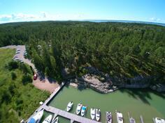 Rakennettava alue suoraan edessä rinteen päällä. Suunnitelmissa rakentaa oma terassi rannan suuntaisesti.