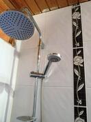 Kylpyhuoneessa sadesuihku