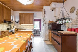Iso keittiö, jossa puuhella