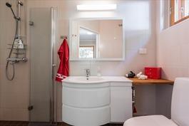 Uusittu keskikerroksen kylpyhuone