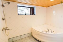 Kylpyhuoneen kaakelointia