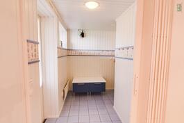 Käytävä kodinhoito- ja kylpyhuonetiloihin, lämmin laattalattia