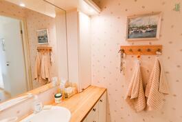 Yläkerran wc:ssä on ajaton ja seesteinen tunnelma