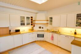 Keittiössä on mukavasti tilaa