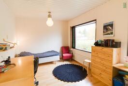 Makuuhuone, joka jaettavissa kahdeksi kevyellä väliseinällä
