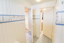 Kodinhoitohuone takana, oikealla wc, vasemmalla kylpyhuone